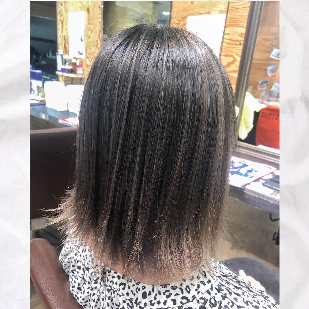 グレージュ デザインカラー バレイヤージュ ハイトーンヘアスタイルや髪型の写真・画像