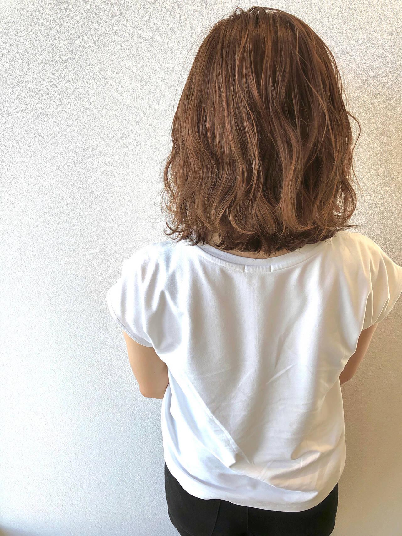 ベージュ 切りっぱなしボブ 波ウェーブ ボブヘアスタイルや髪型の写真・画像