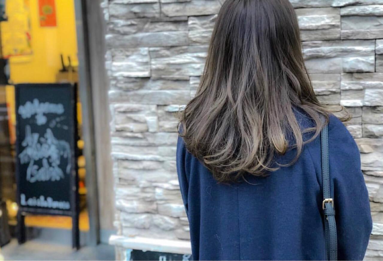 デート アッシュグレー ロング グラデーションカラーヘアスタイルや髪型の写真・画像