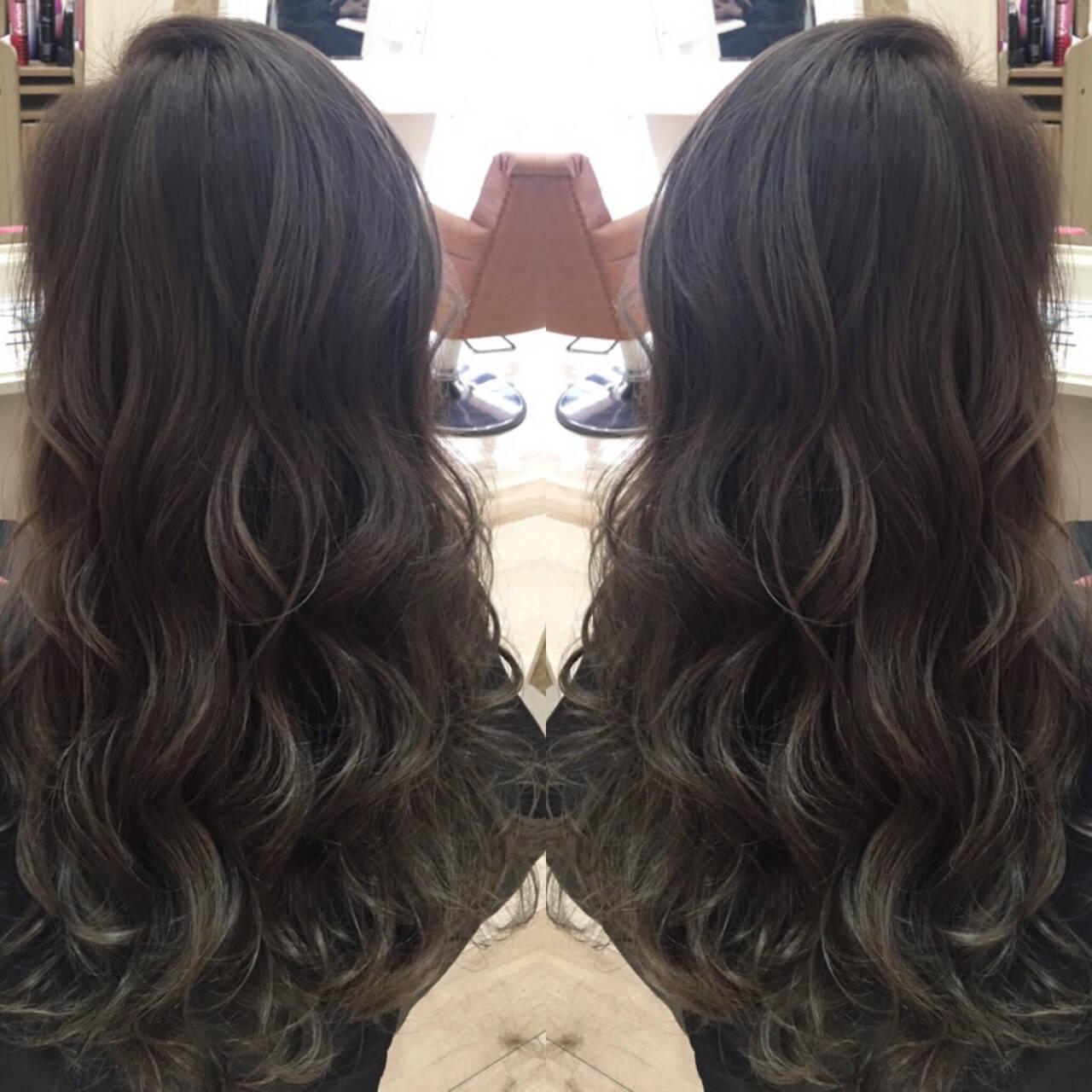 グラデーションカラー 暗髪 ロング ナチュラルヘアスタイルや髪型の写真・画像