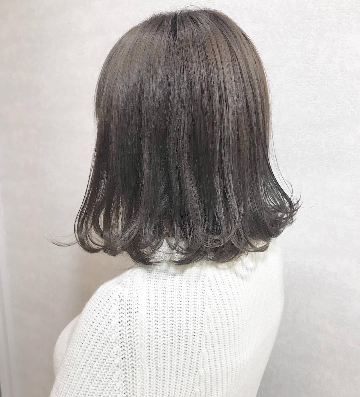 グレージュ ボブ ハイトーンカラー カジュアルヘアスタイルや髪型の写真・画像