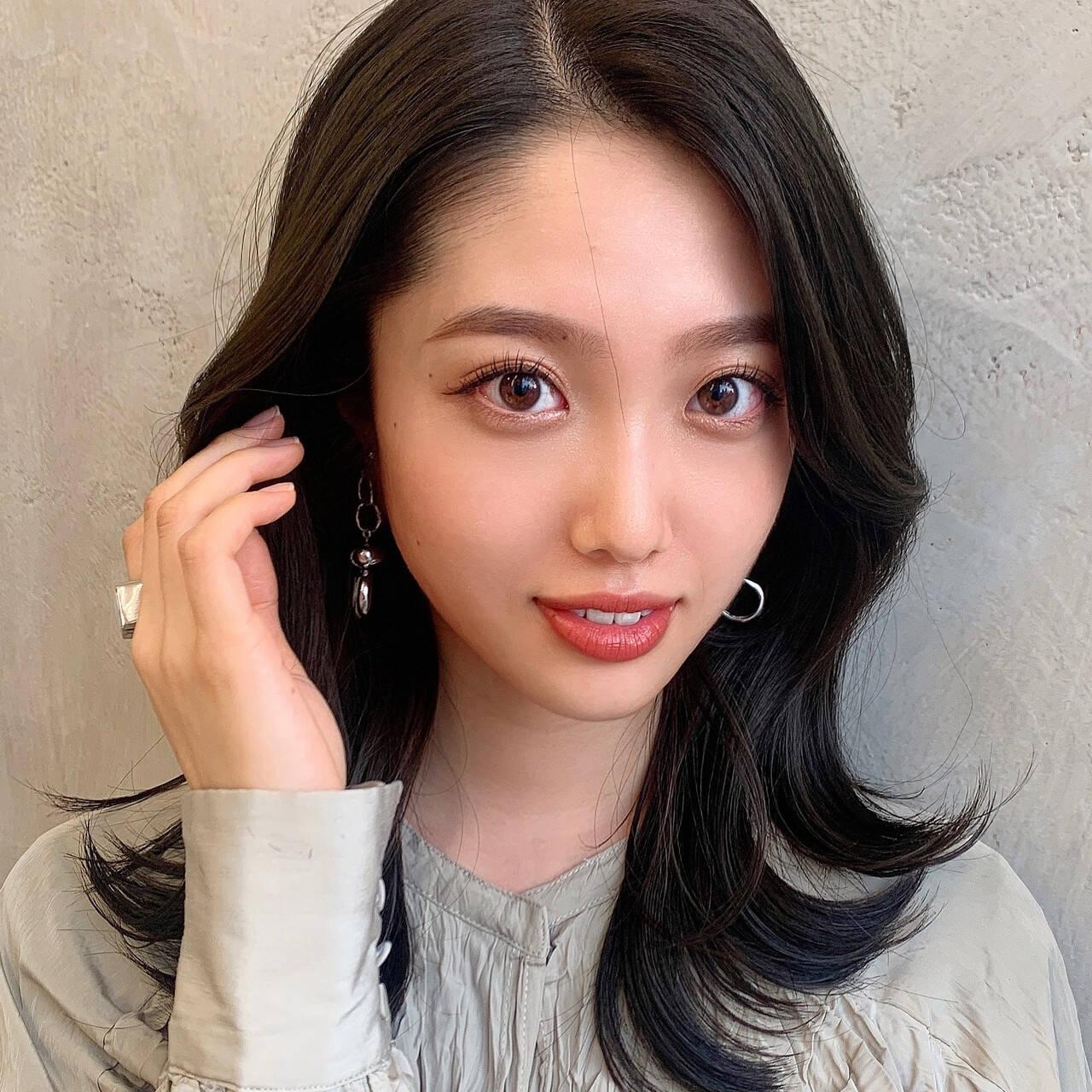 可愛い セミロング 韓国ヘア かきあげバングヘアスタイルや髪型の写真・画像
