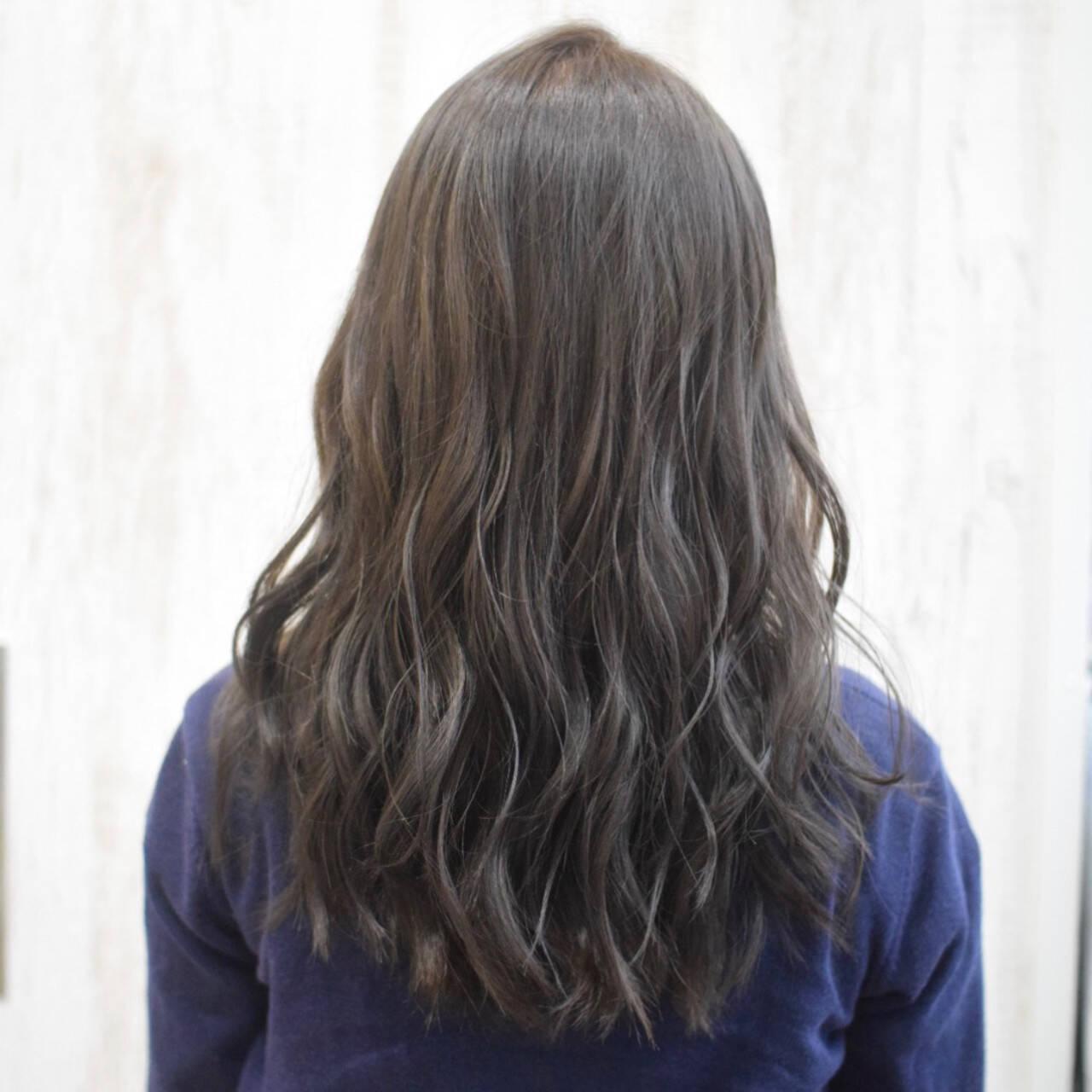 ミルクティーグレージュ アッシュグレージュ セミロング オリーブグレージュヘアスタイルや髪型の写真・画像