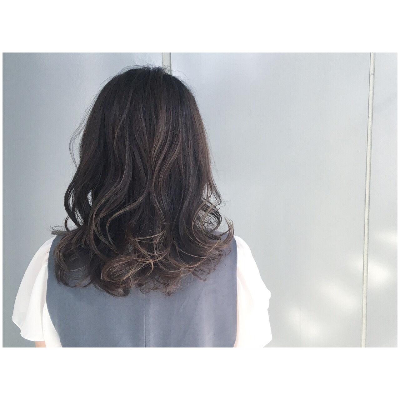 暗髪 グレージュ グレーアッシュ ミディアムヘアスタイルや髪型の写真・画像