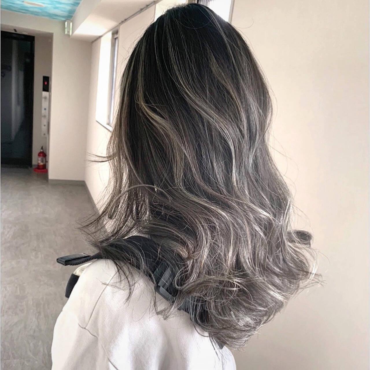グレーアッシュ グラデーションカラー コントラストハイライト 大人ハイライトヘアスタイルや髪型の写真・画像