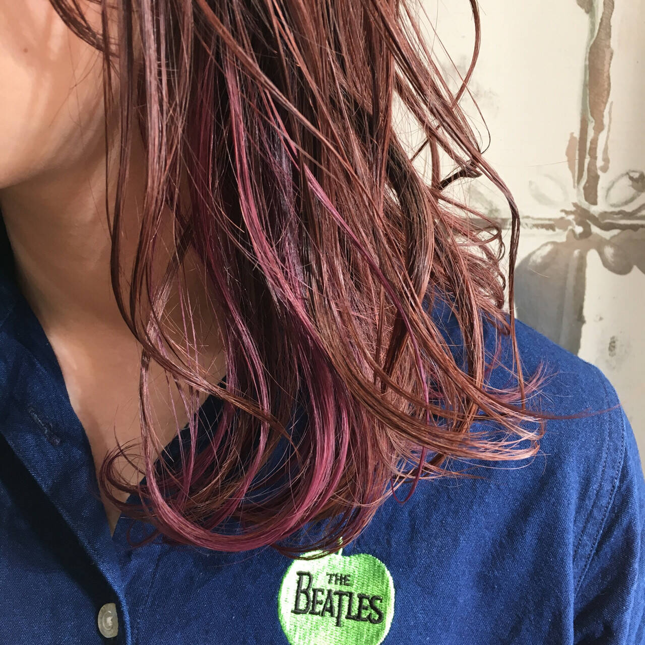 セミロング ピンク インナーカラー ベリーピンクヘアスタイルや髪型の写真・画像
