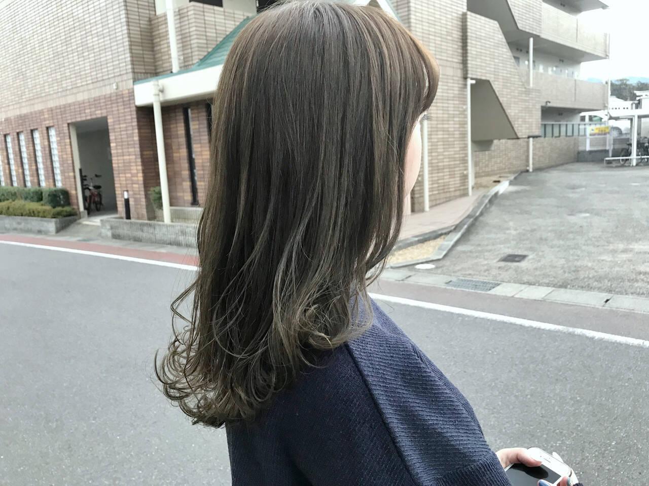フェミニン オリーブアッシュ アンニュイほつれヘア デートヘアスタイルや髪型の写真・画像