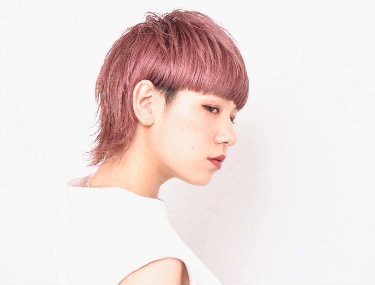 ピンクカラー モード ワイドバング ハイトーンカラーヘアスタイルや髪型の写真・画像