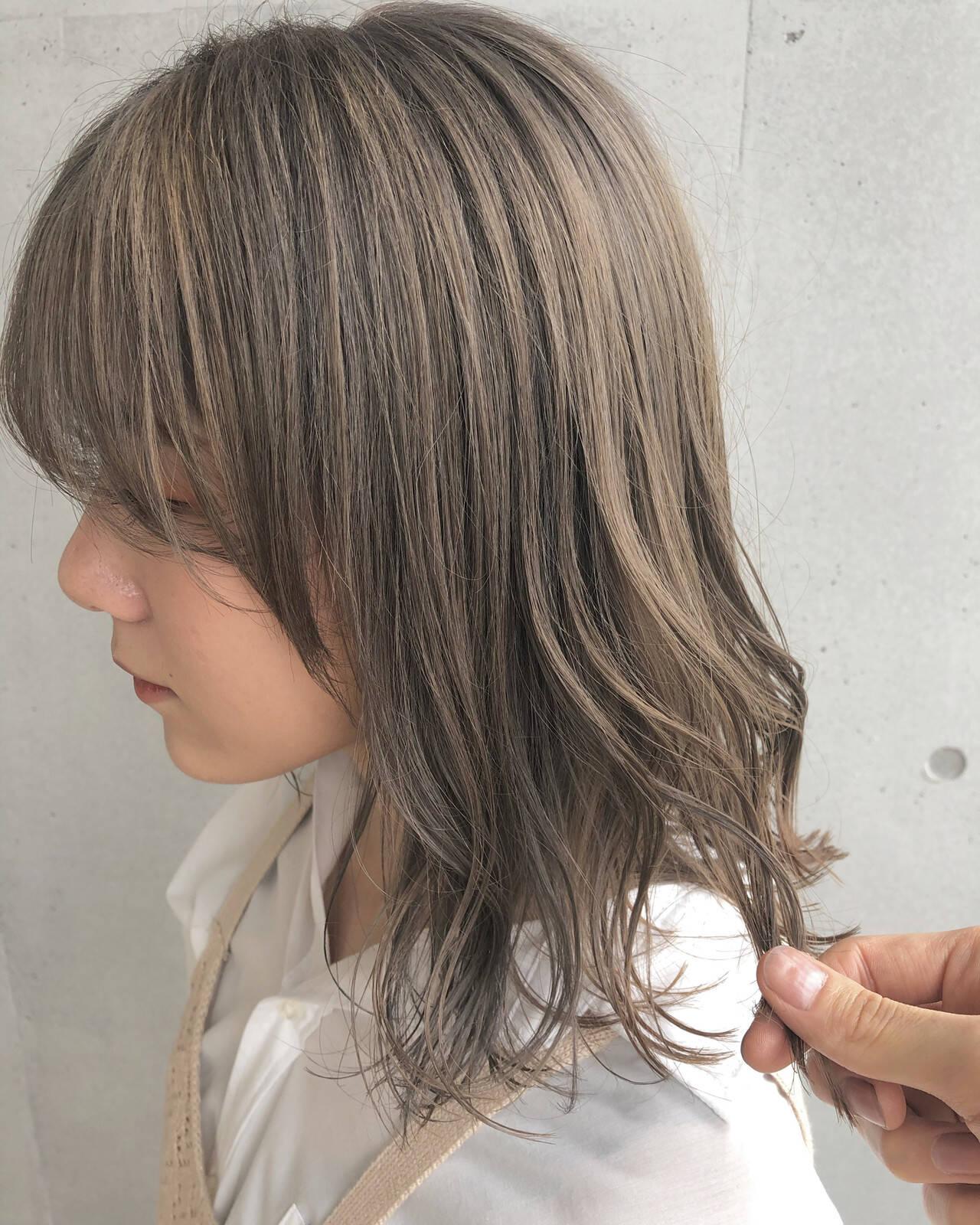 ナチュラル ミルクティーベージュ ミディアム ラベンダーグレージュヘアスタイルや髪型の写真・画像