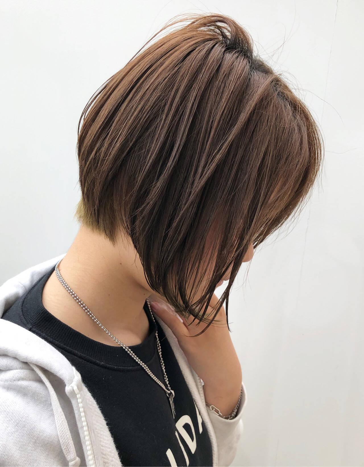 オフィス 前下がりヘア ナチュラル ショートヘアスタイルや髪型の写真・画像