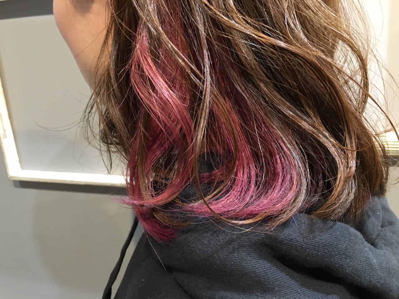 レッド インナーカラー ストリート ラベンダーヘアスタイルや髪型の写真・画像