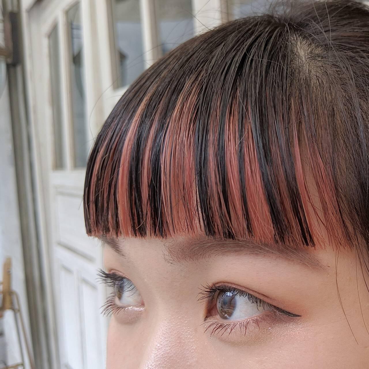 オン眉 前髪インナーカラー 前髪パッツン ガーリーヘアスタイルや髪型の写真・画像