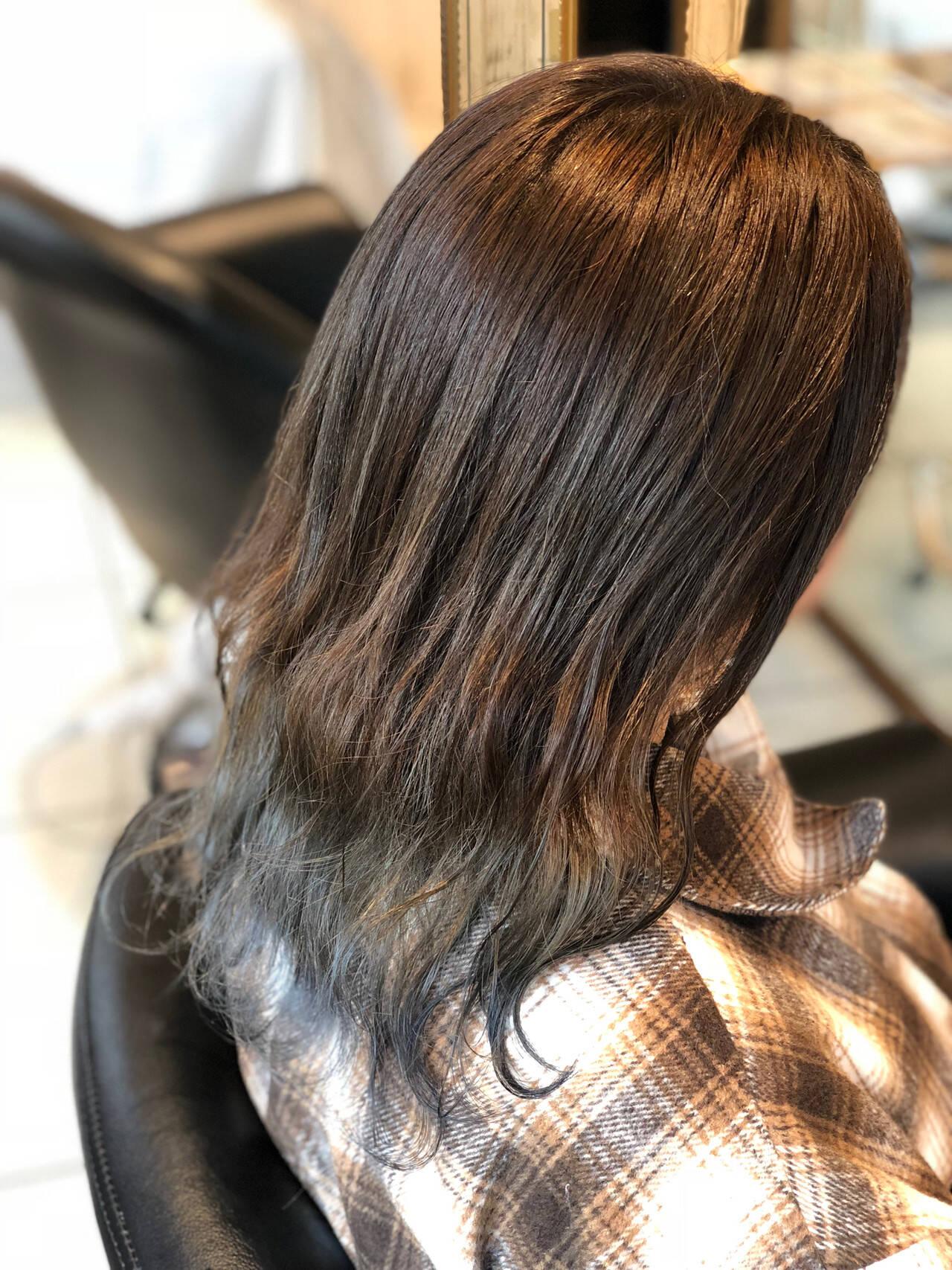 グラデーションカラー ナチュラル セミロング シルバーヘアスタイルや髪型の写真・画像