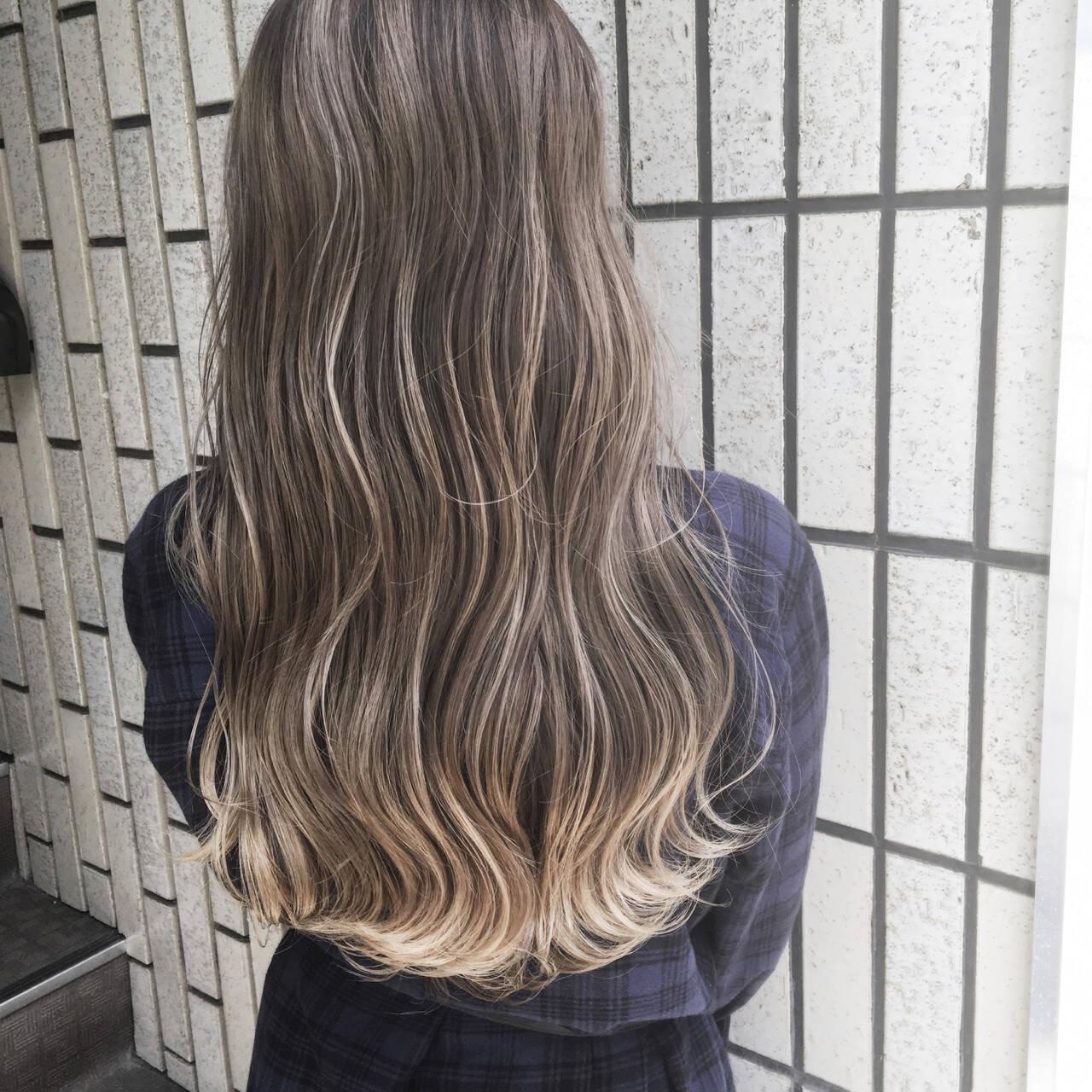 ロング デート オフィス グレージュヘアスタイルや髪型の写真・画像