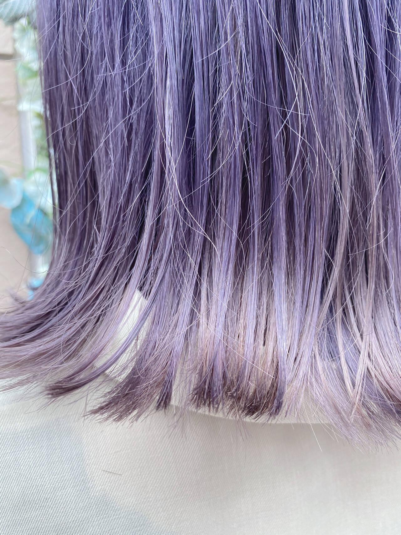 ミディアム パープル 外ハネ フェミニンヘアスタイルや髪型の写真・画像