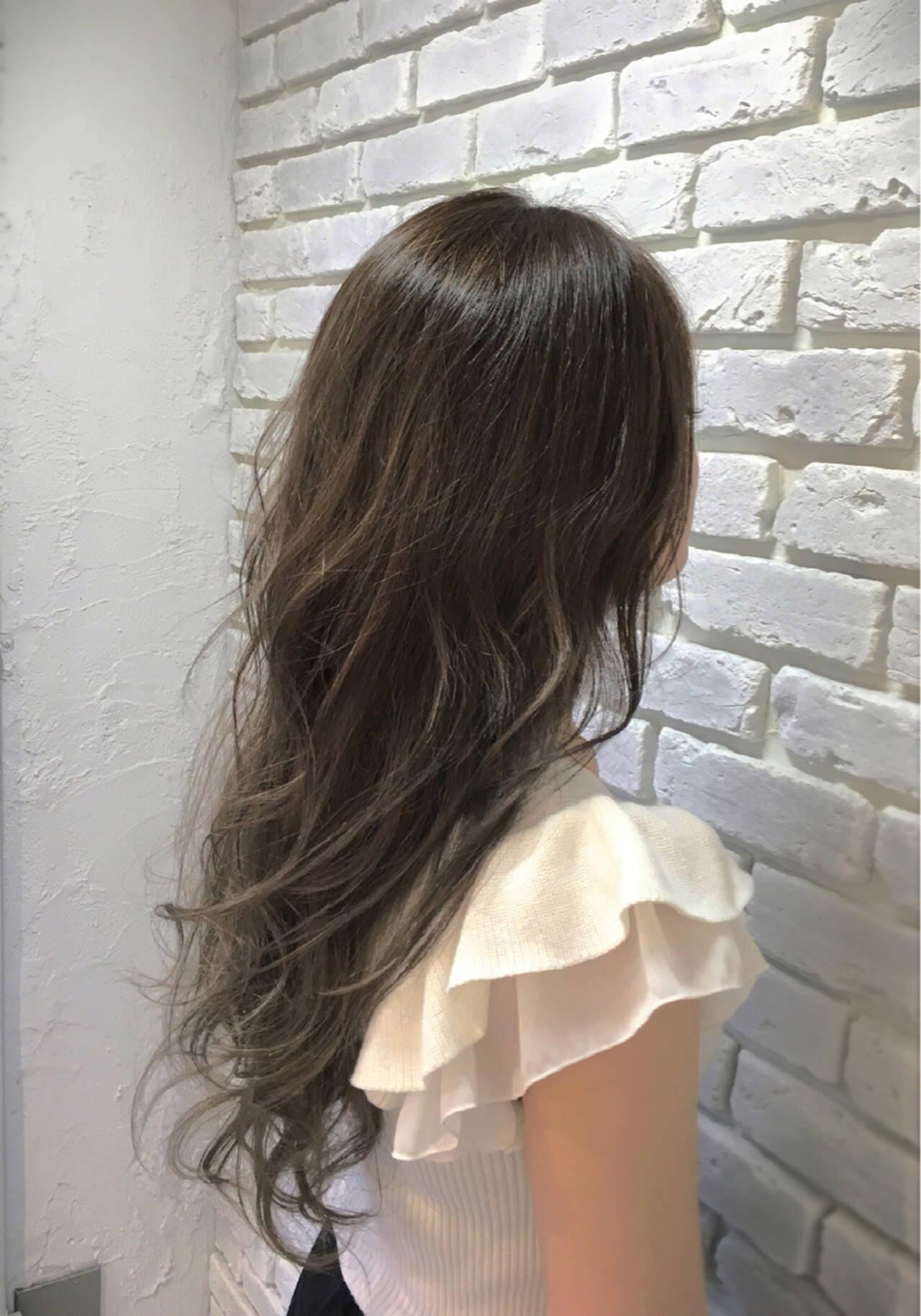 外国人風 グレージュ アッシュ ウェーブヘアスタイルや髪型の写真・画像