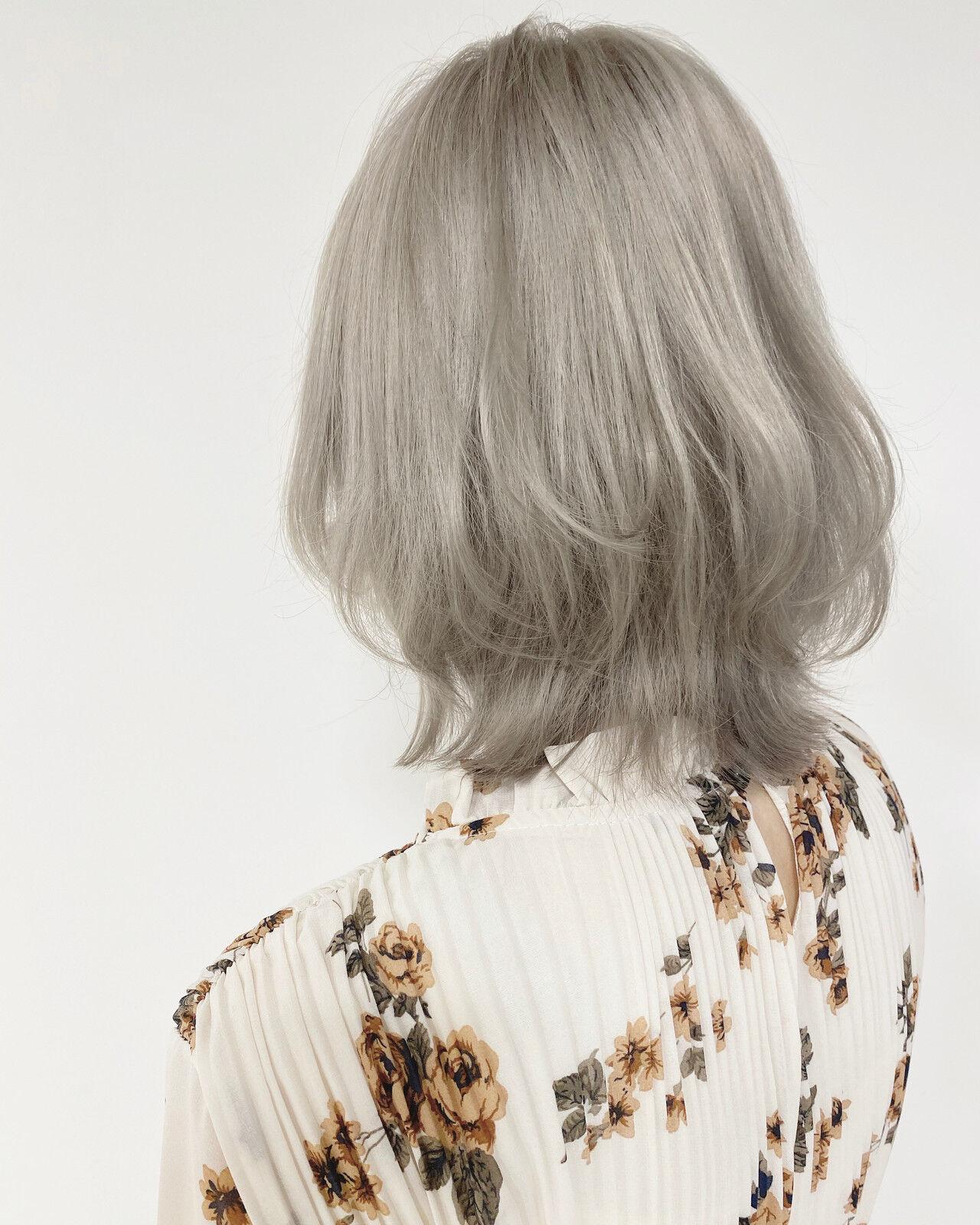 ホワイトベージュ ブリーチ必須 ホワイトグレージュ ミディアムヘアスタイルや髪型の写真・画像