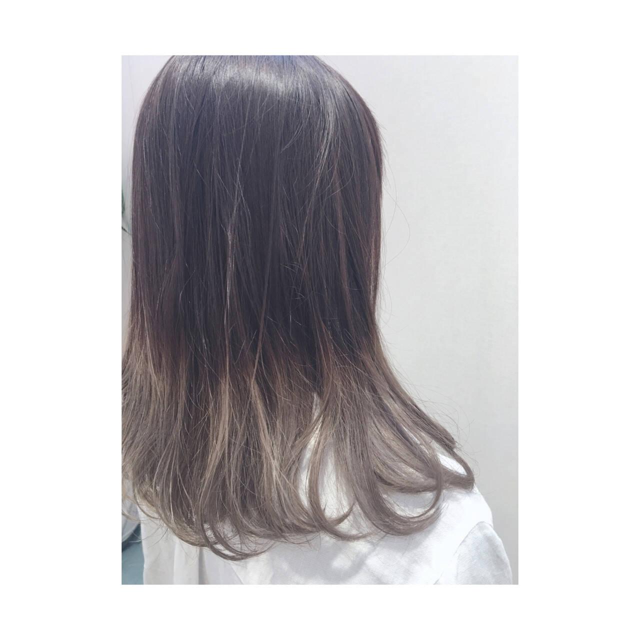 ミディアム アッシュ グレージュ グラデーションカラーヘアスタイルや髪型の写真・画像