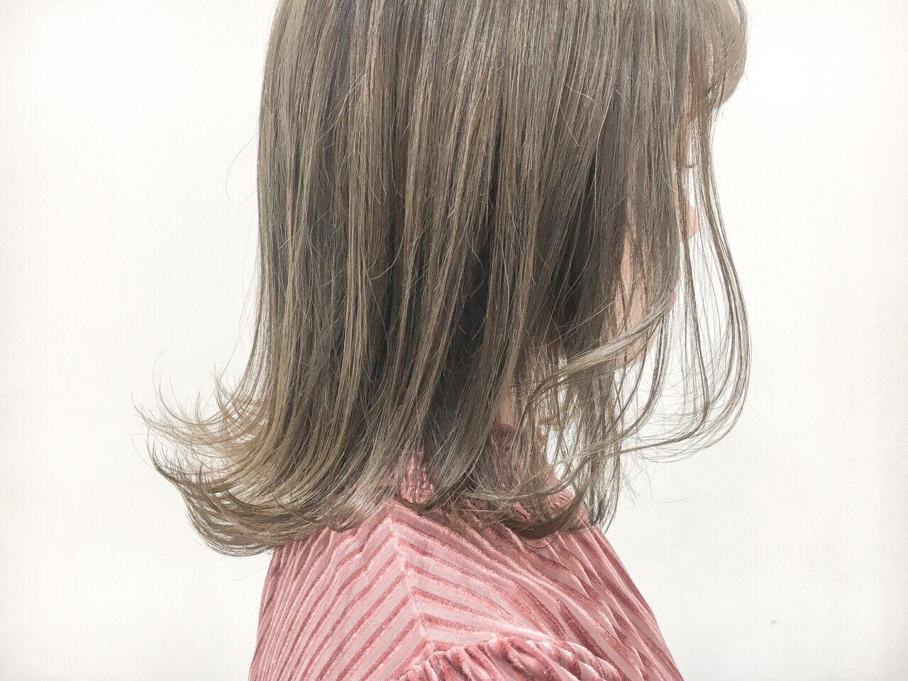 ハイトーン グレージュ 透明感 外ハネヘアスタイルや髪型の写真・画像