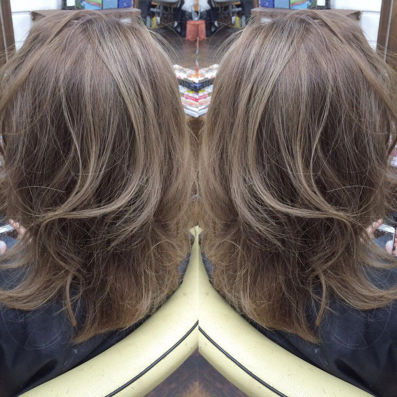 アッシュ セミロング グレージュ ガーリーヘアスタイルや髪型の写真・画像