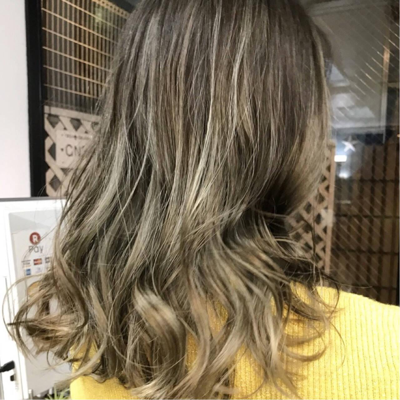 ハイライト ニュアンス グラデーションカラー セミロングヘアスタイルや髪型の写真・画像