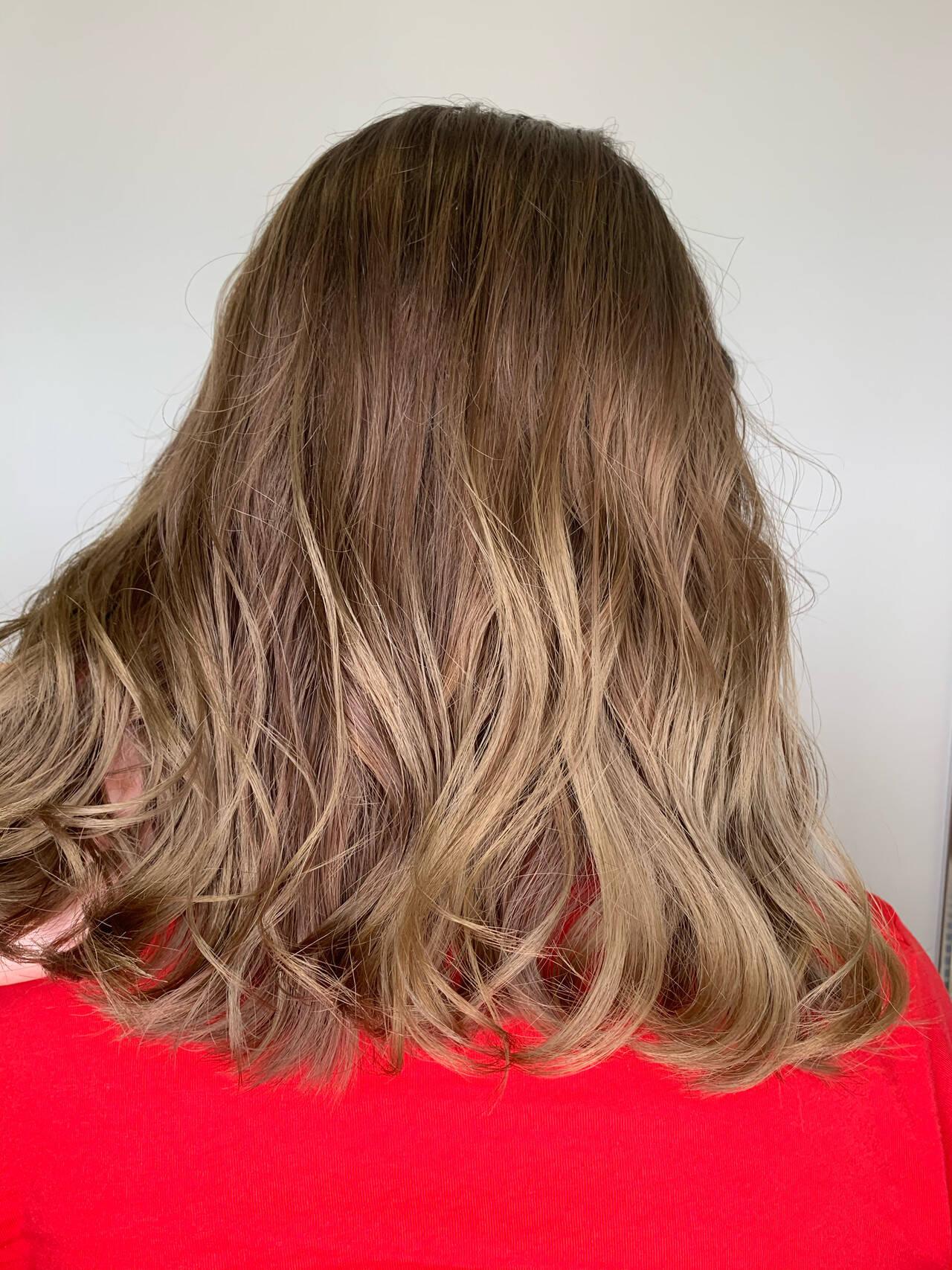 ベージュ アッシュベージュ グラデーションカラー エレガントヘアスタイルや髪型の写真・画像