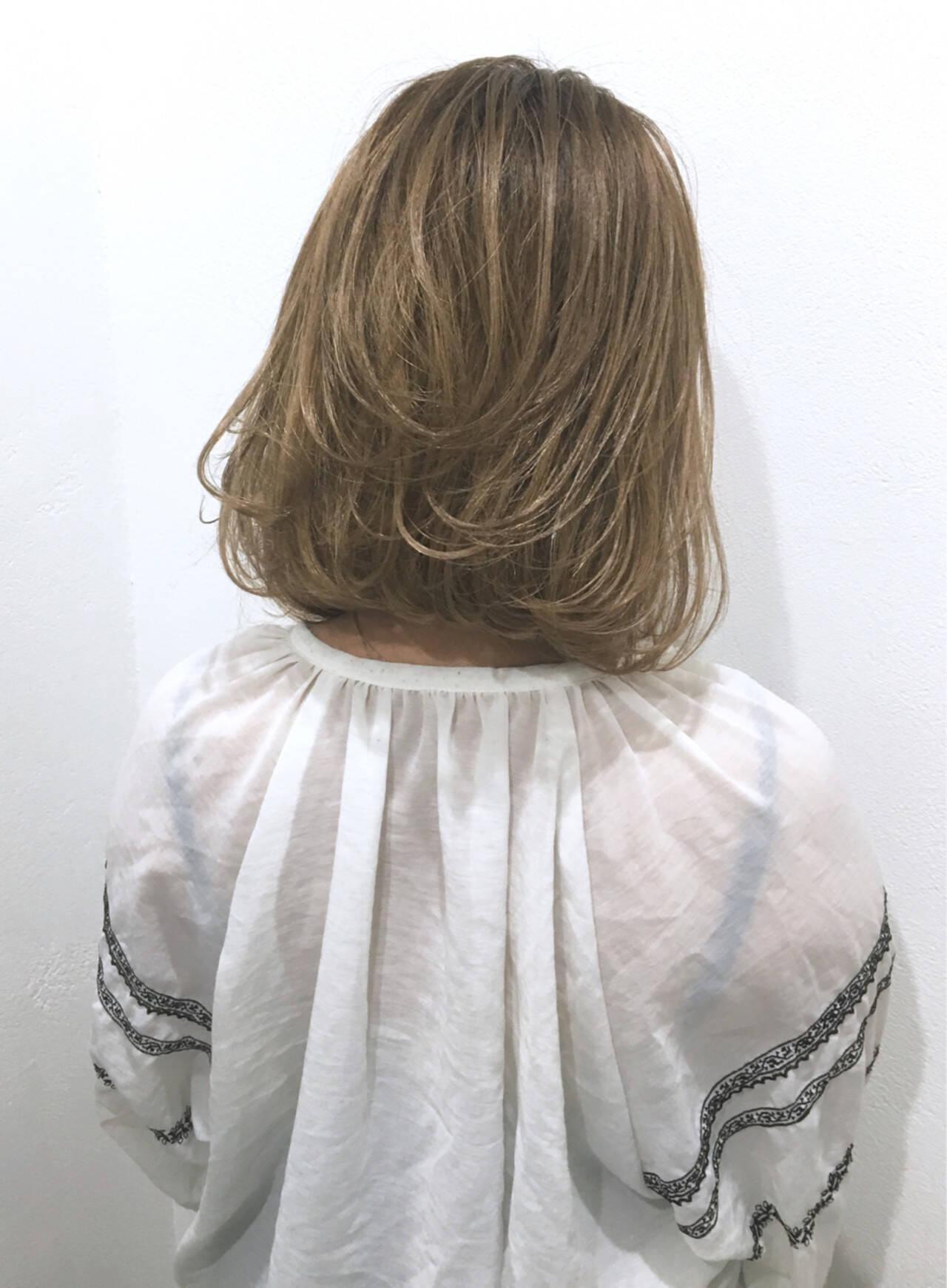 ナチュラル ミルクティー ミディアム 切りっぱなしヘアスタイルや髪型の写真・画像
