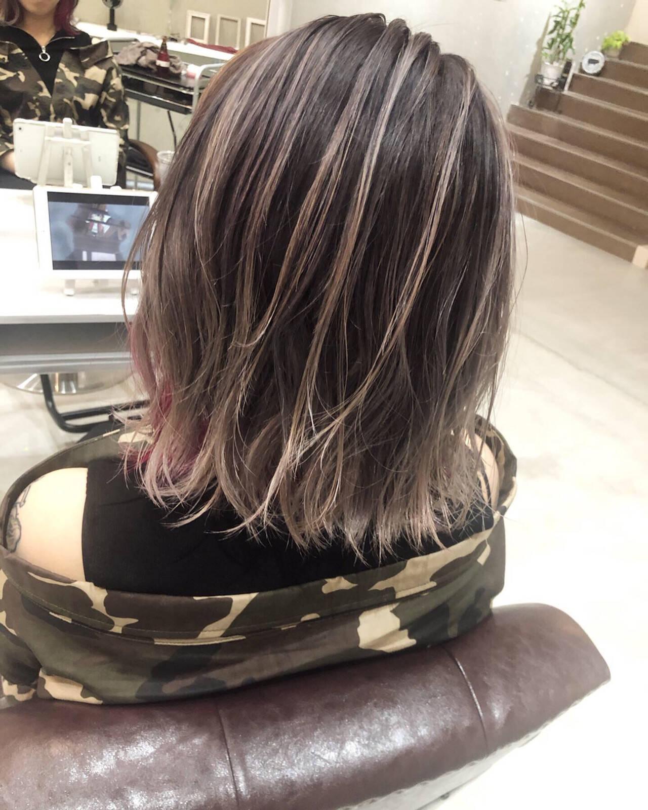 ミディアム インナーカラーパープル バレイヤージュ ハイライトヘアスタイルや髪型の写真・画像