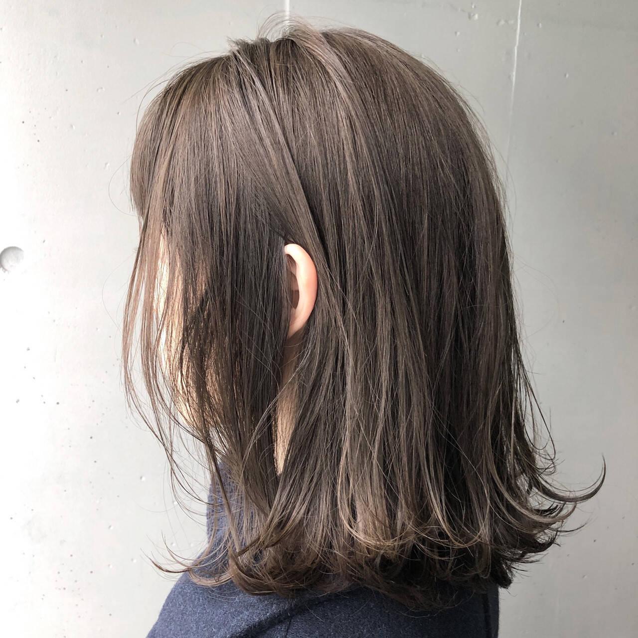 ナチュラル アッシュグレージュ 外ハネ 透明感ヘアスタイルや髪型の写真・画像