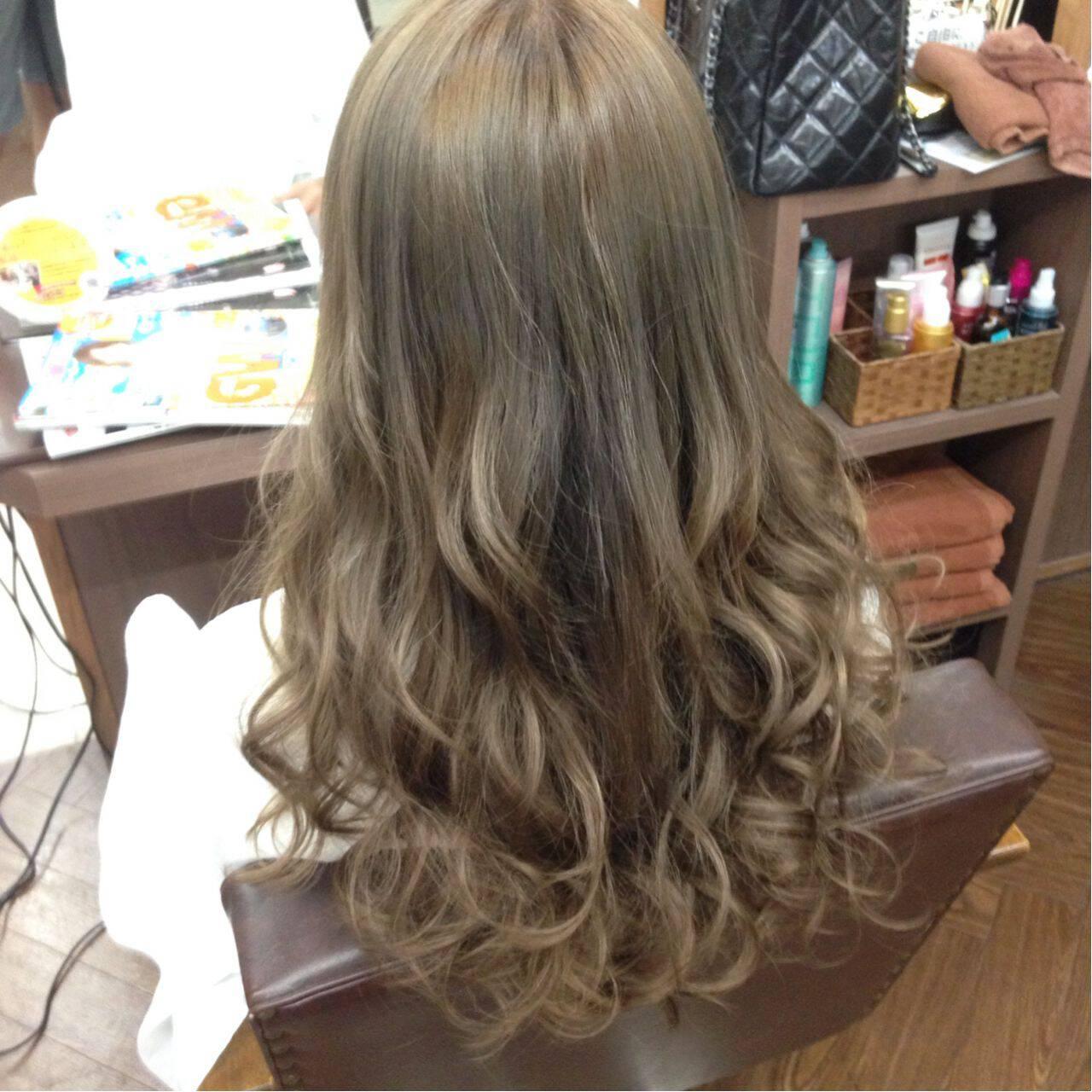 ロング ベージュ アッシュベージュ ダブルカラーヘアスタイルや髪型の写真・画像