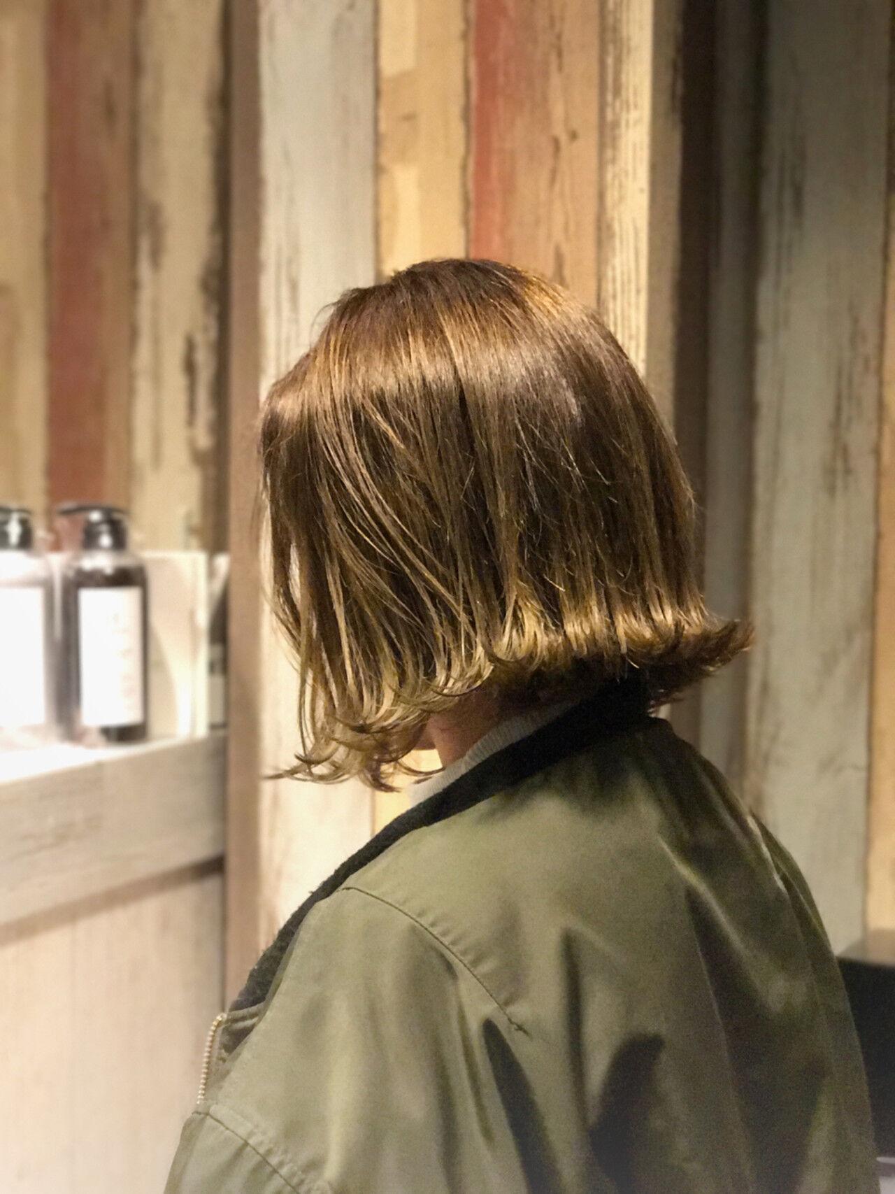 ナチュラル カーキアッシュ 外ハネ 切りっぱなしヘアスタイルや髪型の写真・画像