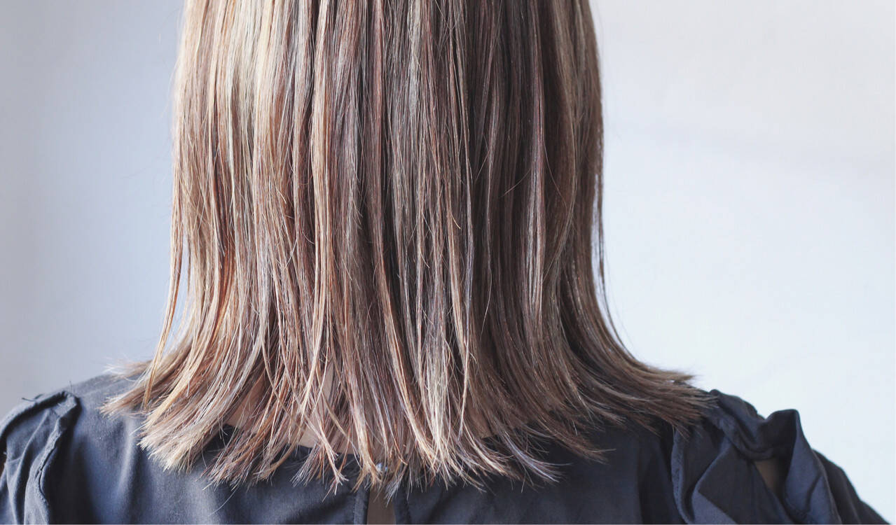 ナチュラル グレージュ ミディアム 大人ハイライトヘアスタイルや髪型の写真・画像