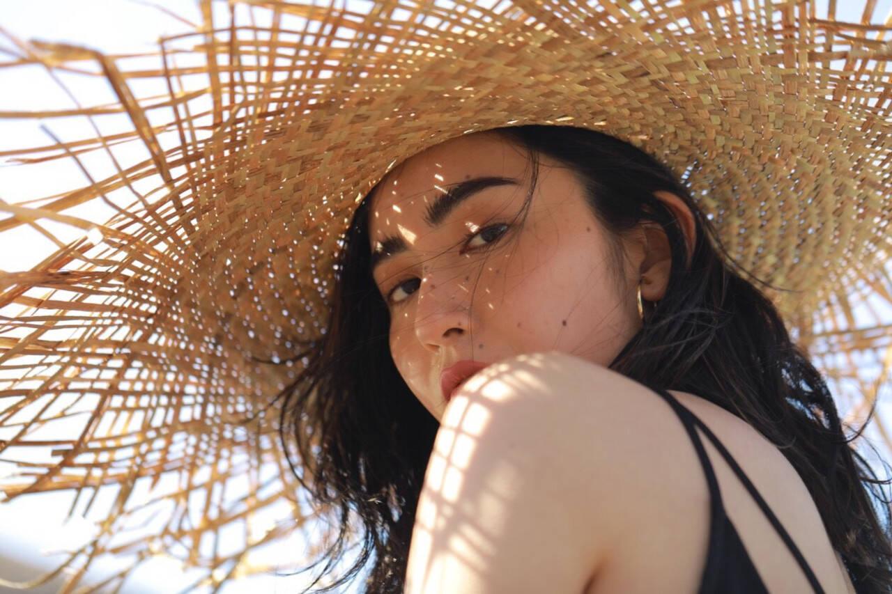 ビーチガール ナチュラル 麦わら帽子 ヘルシーヘアスタイルや髪型の写真・画像