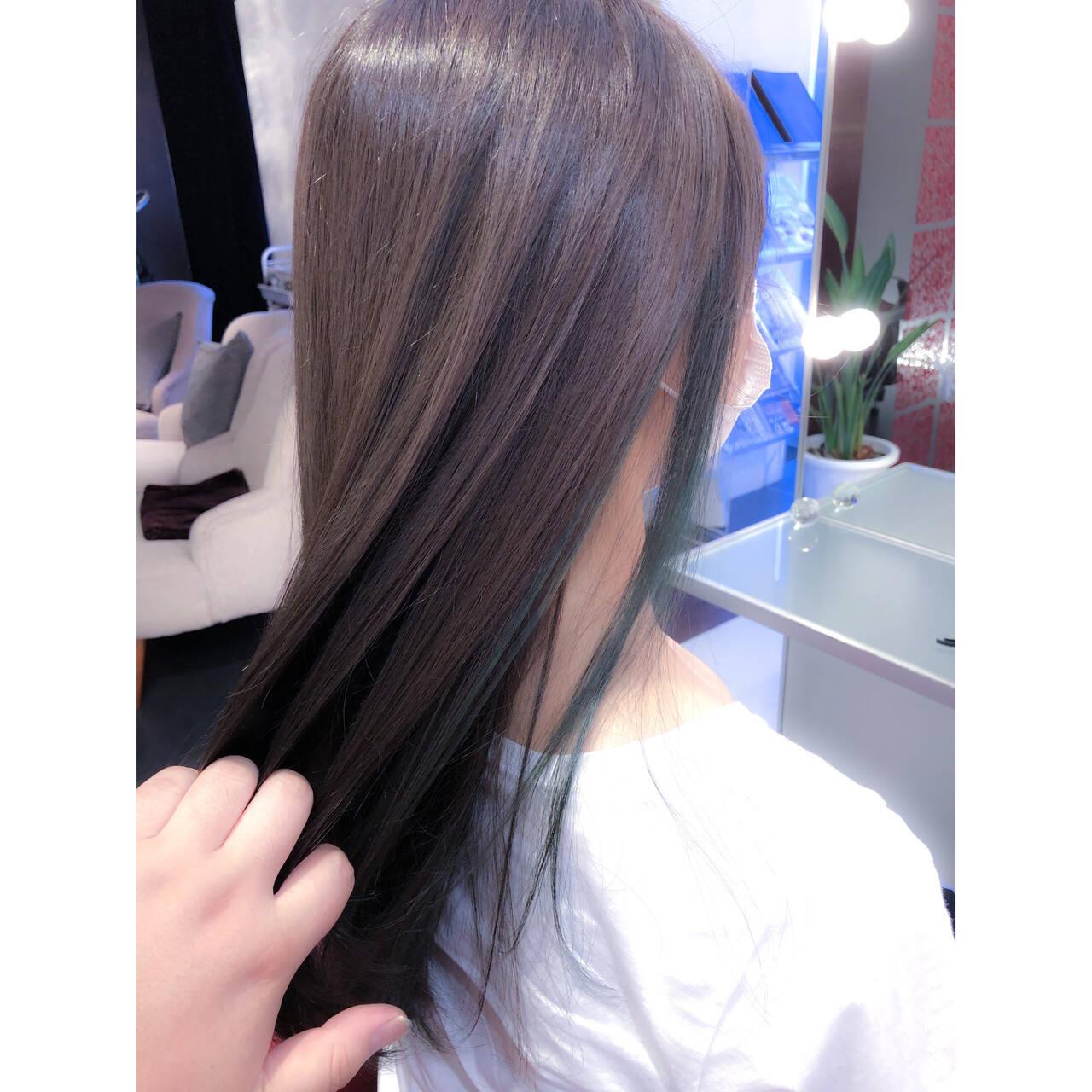 ロング インナーカラー グリーン ナチュラルヘアスタイルや髪型の写真・画像