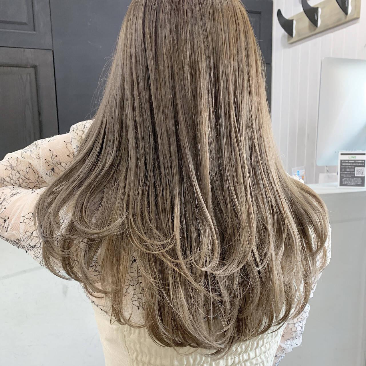 ミルクティーグレージュ グレージュ アッシュグレージュ セミロングヘアスタイルや髪型の写真・画像