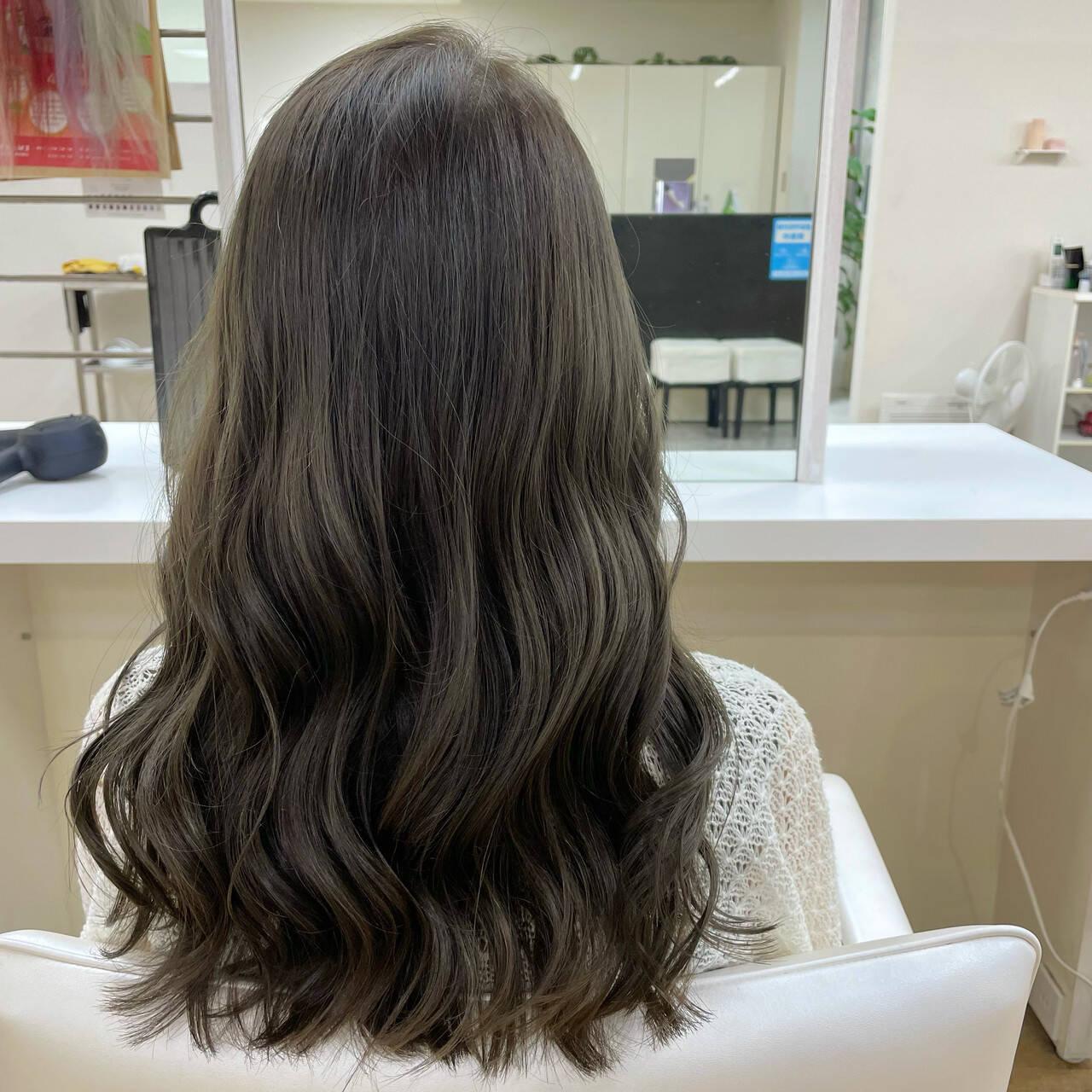 グレージュ 透明感カラー 韓国風ヘアー コテ巻きヘアスタイルや髪型の写真・画像
