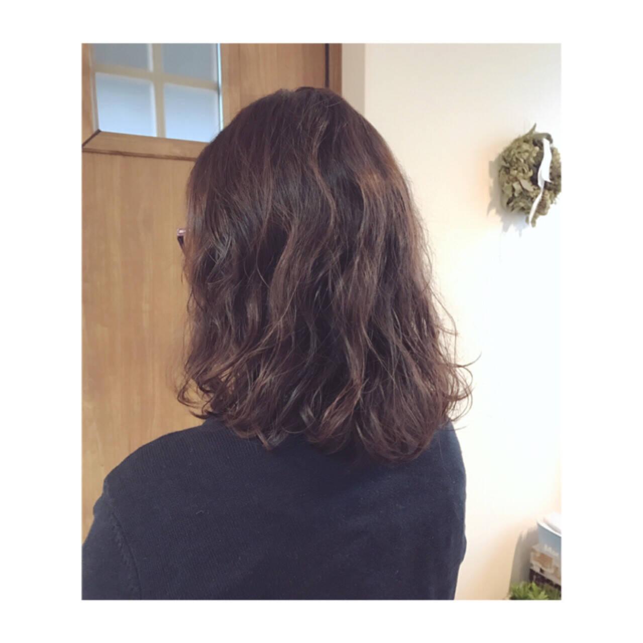 ミディアム パーマ ナチュラル ピンクブラウンヘアスタイルや髪型の写真・画像