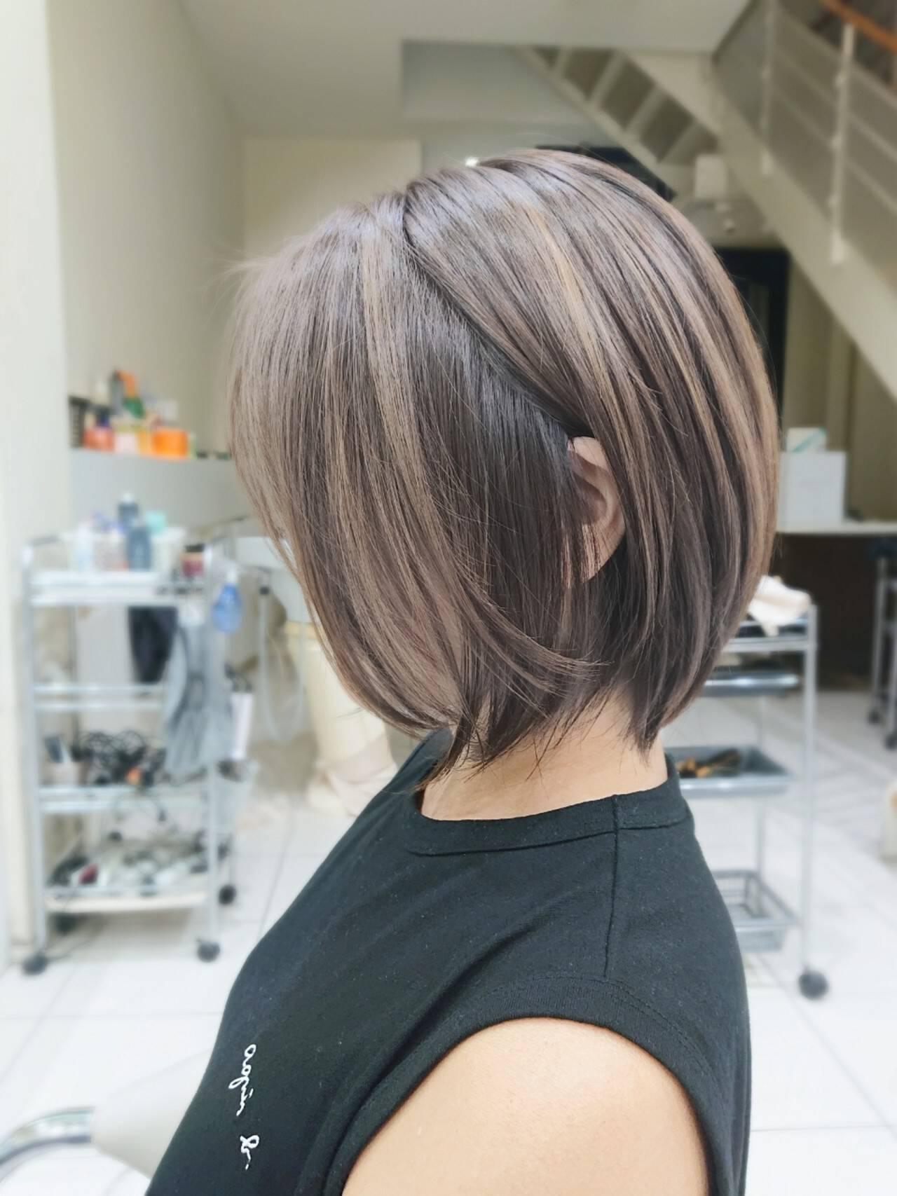 レイヤーボブ シルバーアッシュ ナチュラル ショートヘアスタイルや髪型の写真・画像