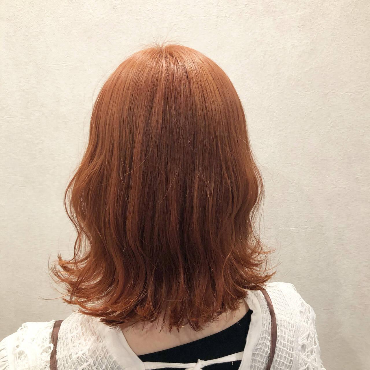 ナチュラル 波巻き ミディアム オレンジベージュヘアスタイルや髪型の写真・画像