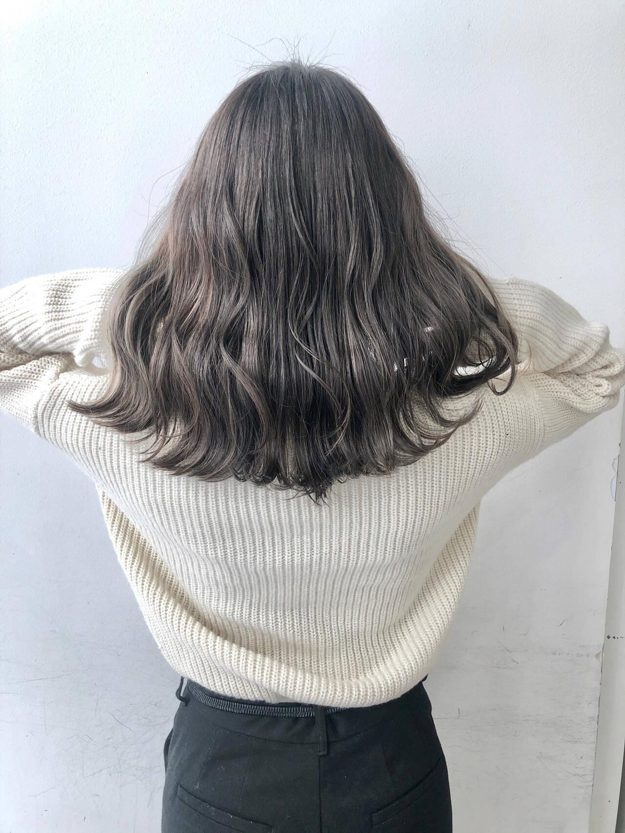 フェミニン グレージュ 切りっぱなしボブ ダブルカラーヘアスタイルや髪型の写真・画像