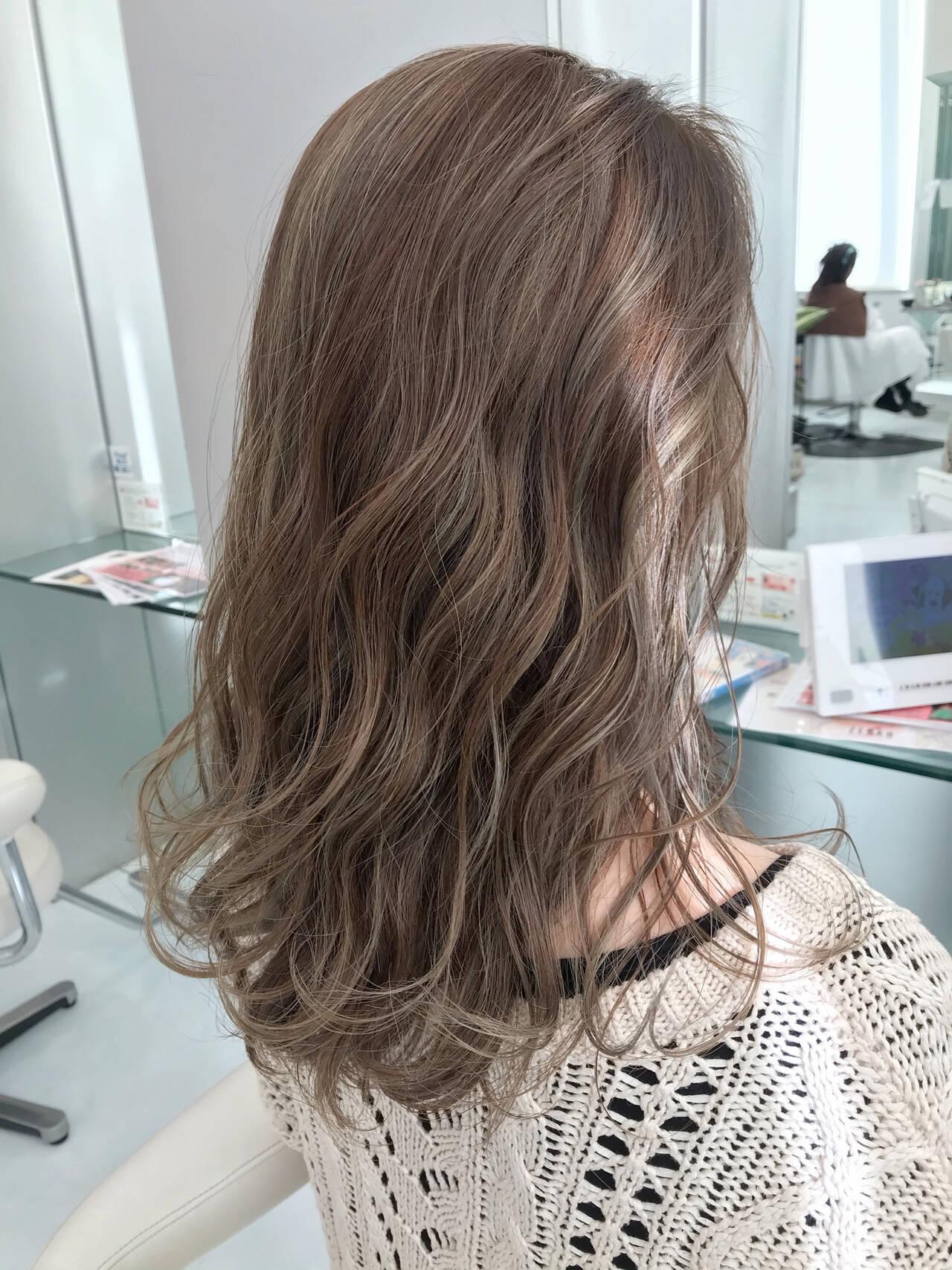ナチュラル ブリーチ グレージュ ハイライトヘアスタイルや髪型の写真・画像