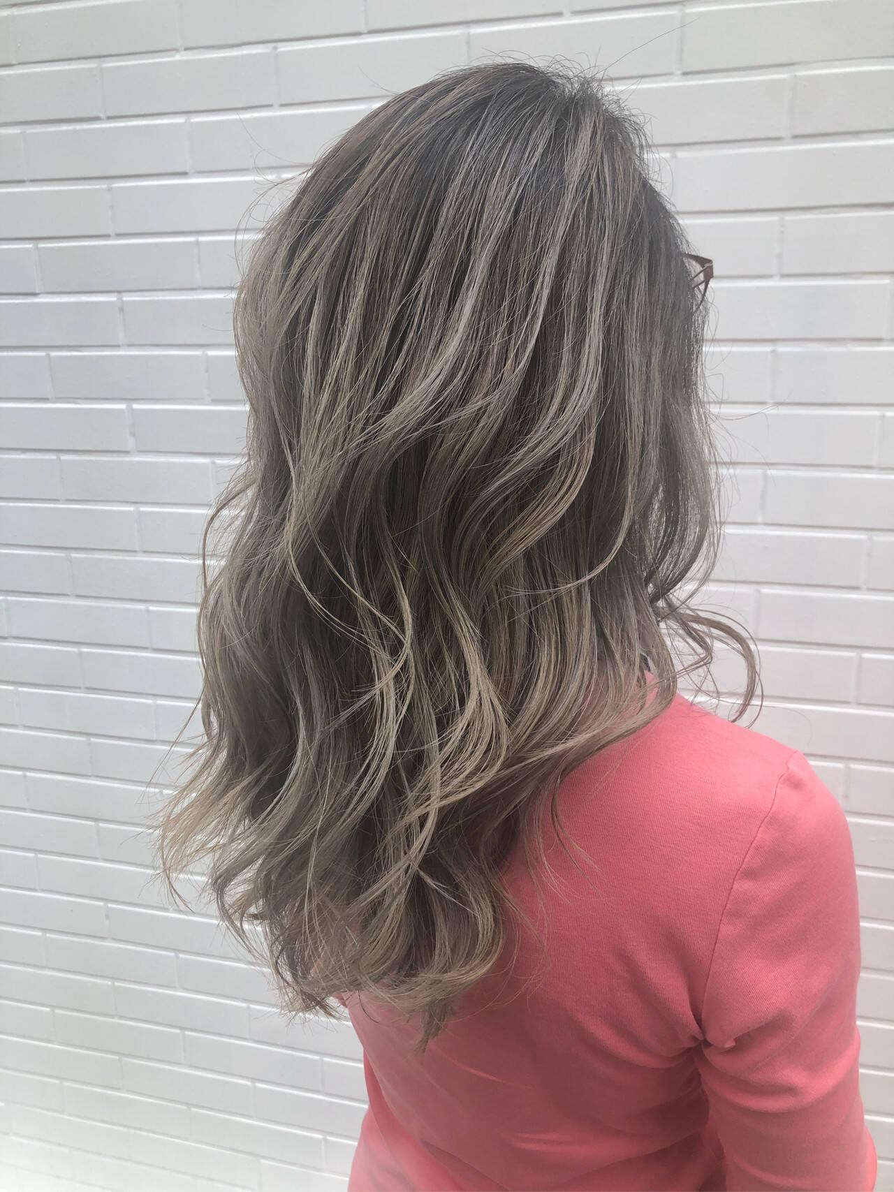 バレイヤージュ ホワイトブリーチ セミロング ホワイトヘアスタイルや髪型の写真・画像