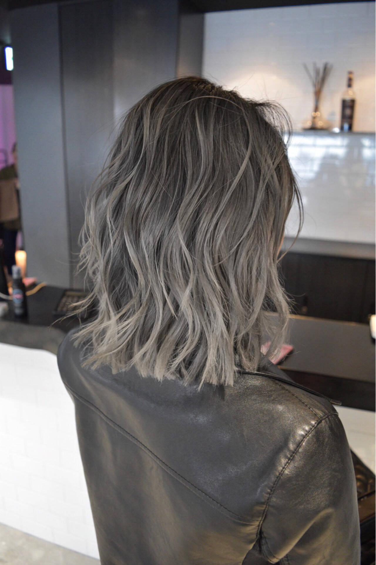 ミディアム グレージュ ハイライト バレイヤージュヘアスタイルや髪型の写真・画像
