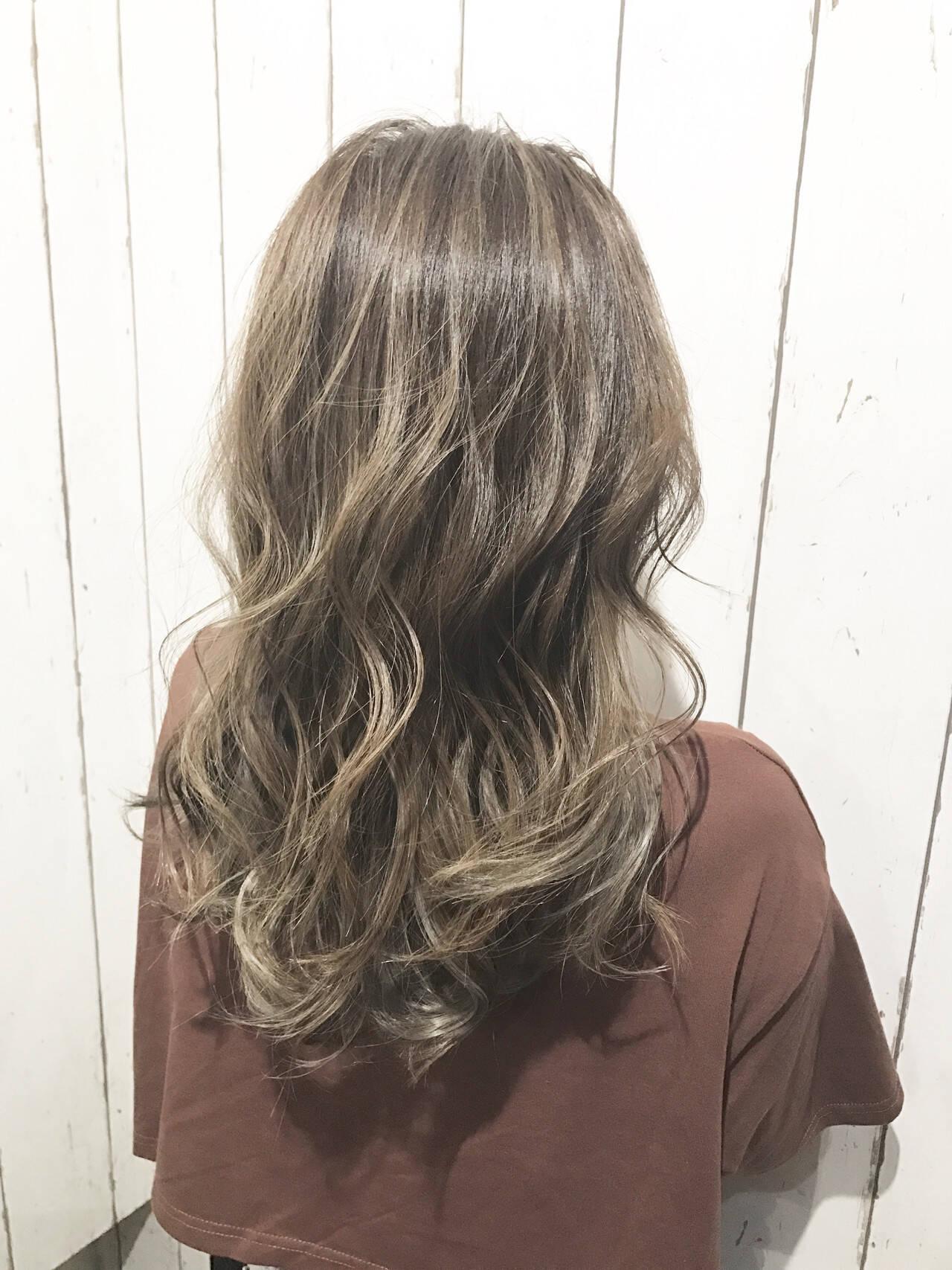 ホワイトアッシュ ホワイトブリーチ アッシュ ナチュラルヘアスタイルや髪型の写真・画像
