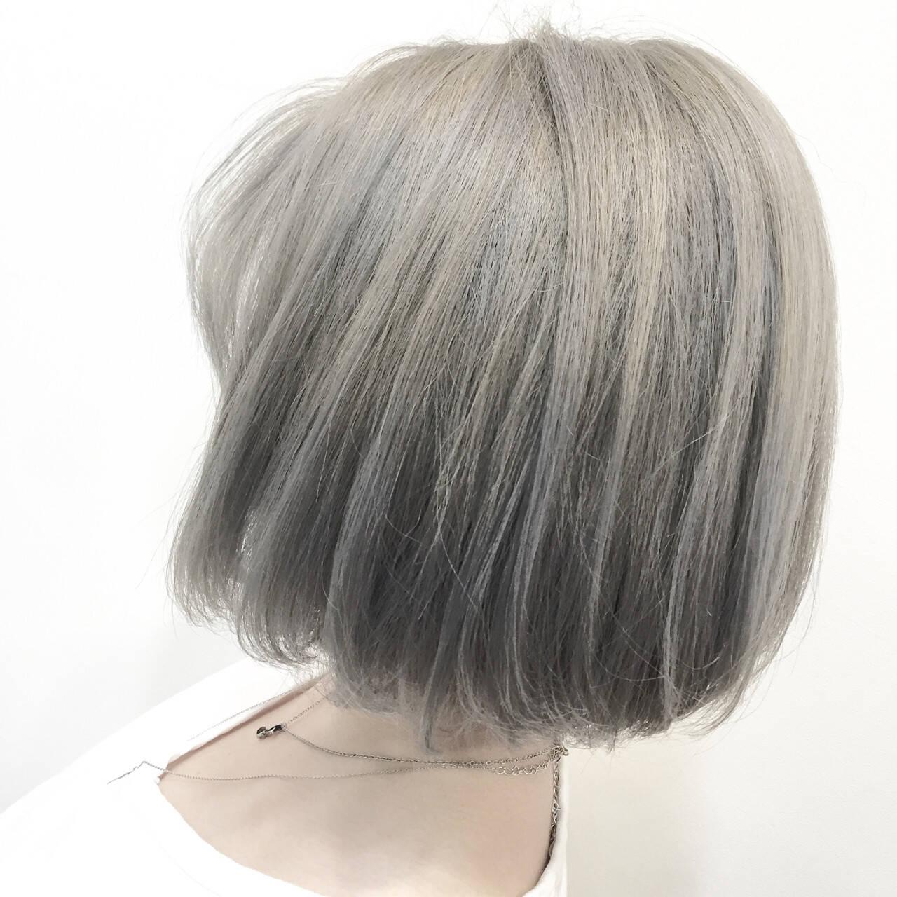 ナチュラル グレージュ ブリーチ シルバーヘアスタイルや髪型の写真・画像