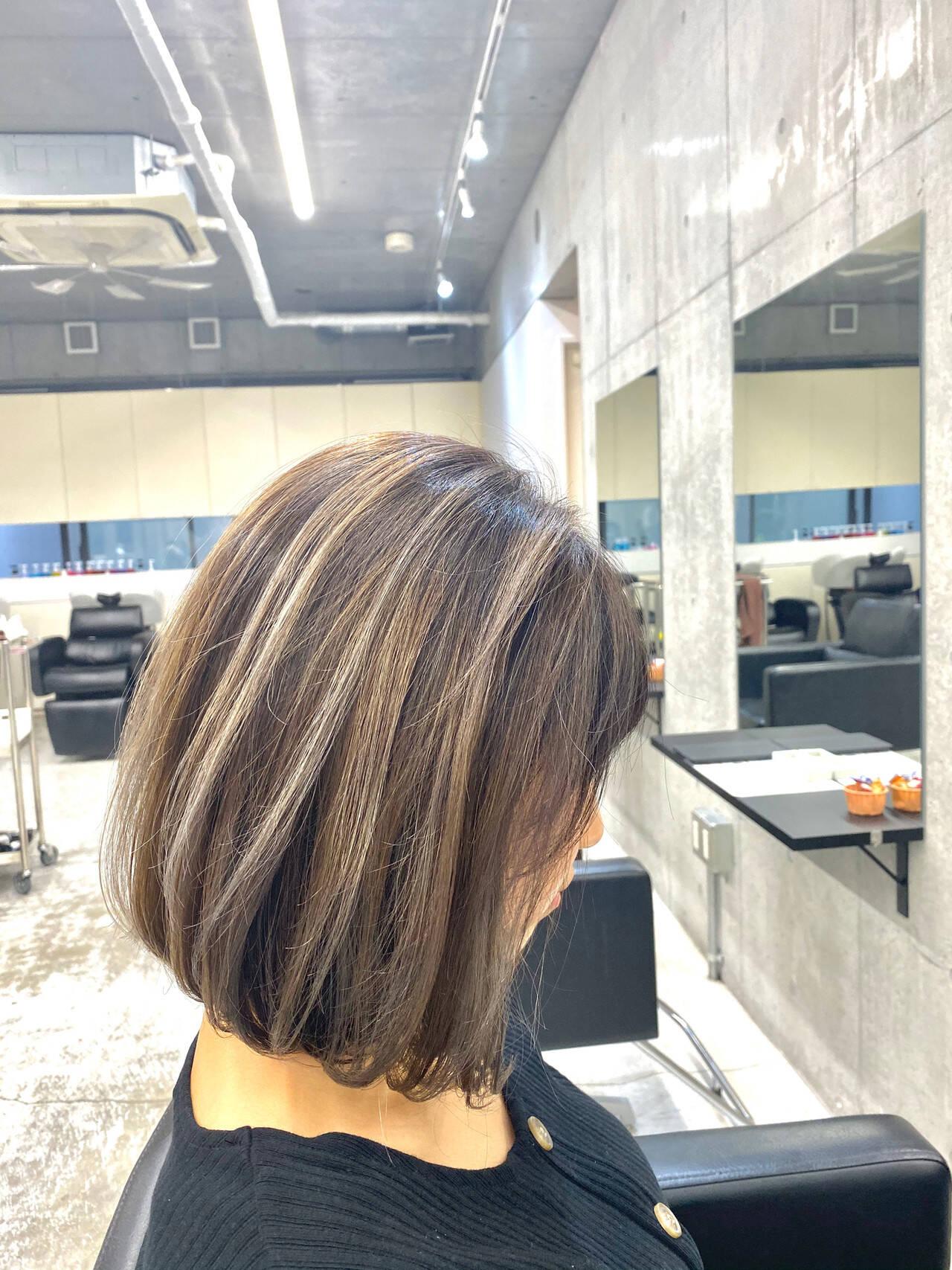 バレイヤージュ ホワイトグレージュ アッシュグレージュ グレージュヘアスタイルや髪型の写真・画像