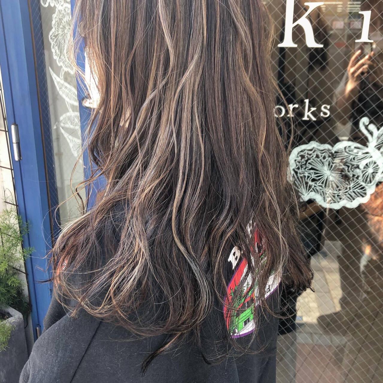 アッシュグレージュ デート ハイライト ロングヘアスタイルや髪型の写真・画像