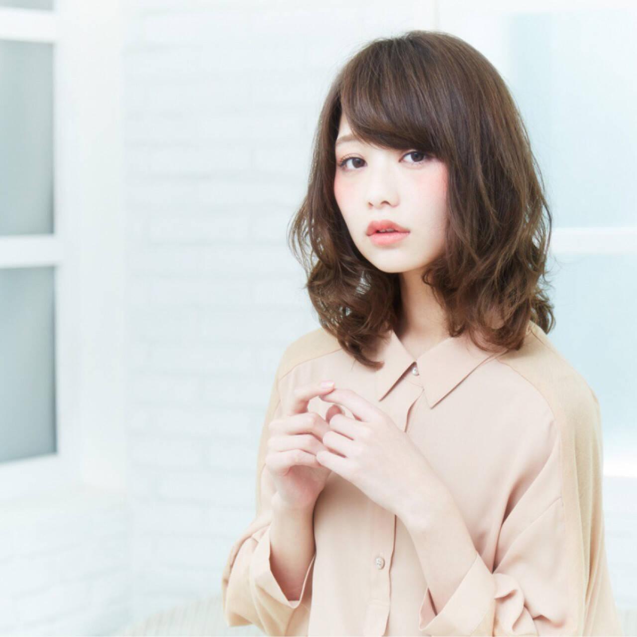 前髪あり アッシュ レイヤーカット フェミニンヘアスタイルや髪型の写真・画像