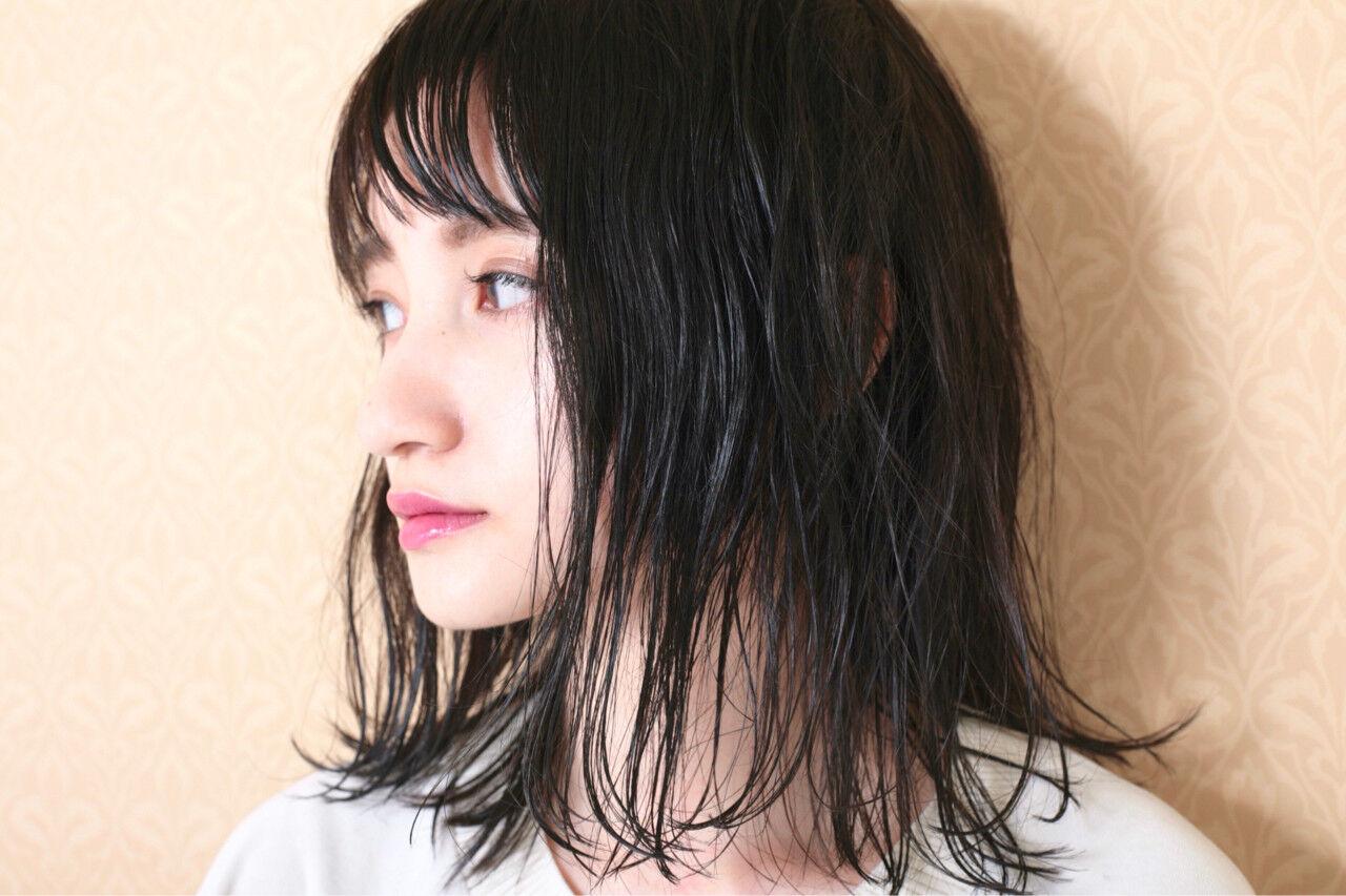 グレー 黒髪 ナチュラル 外ハネヘアスタイルや髪型の写真・画像