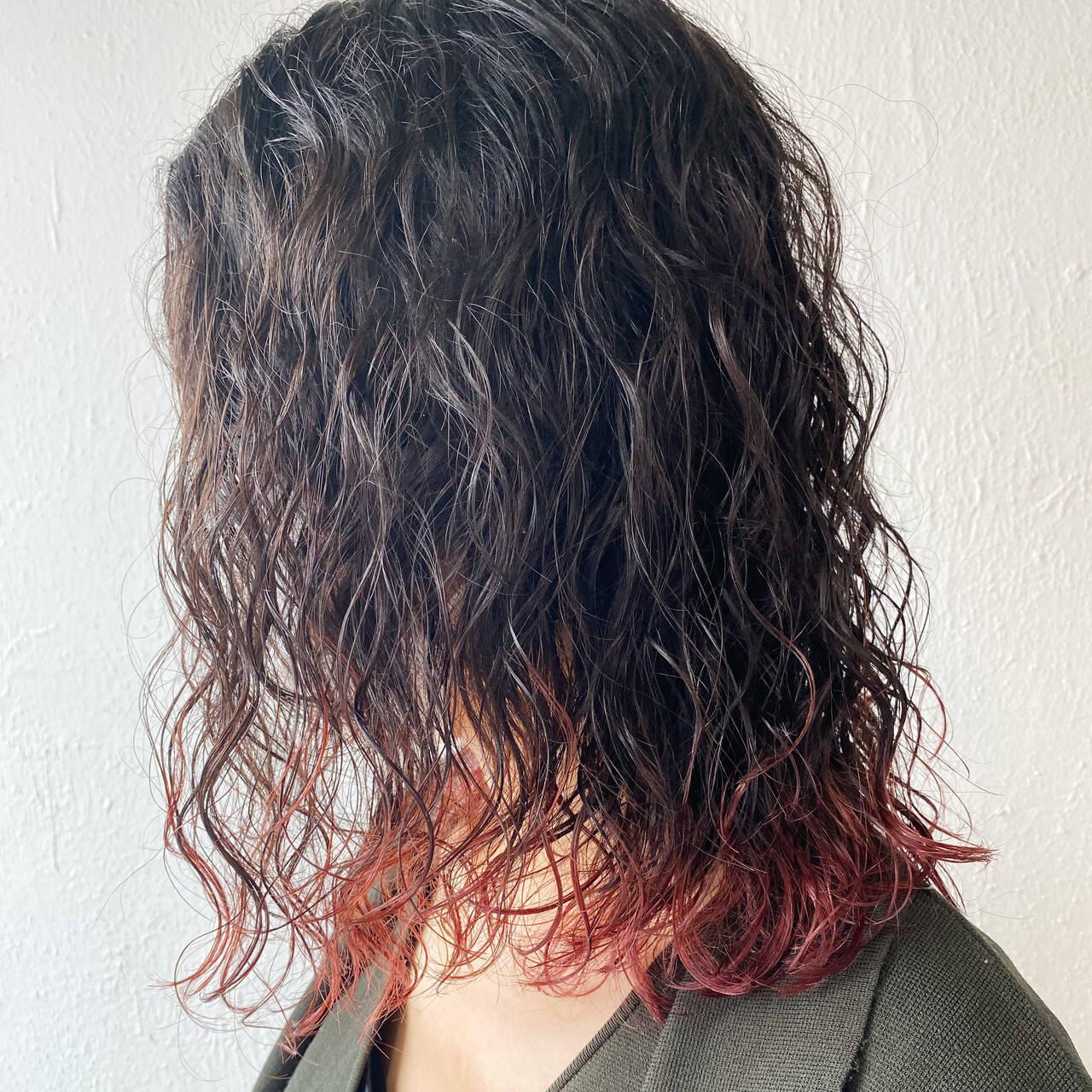ピンクベージュ ウルフレイヤー グラデーションカラー ミディアムヘアスタイルや髪型の写真・画像